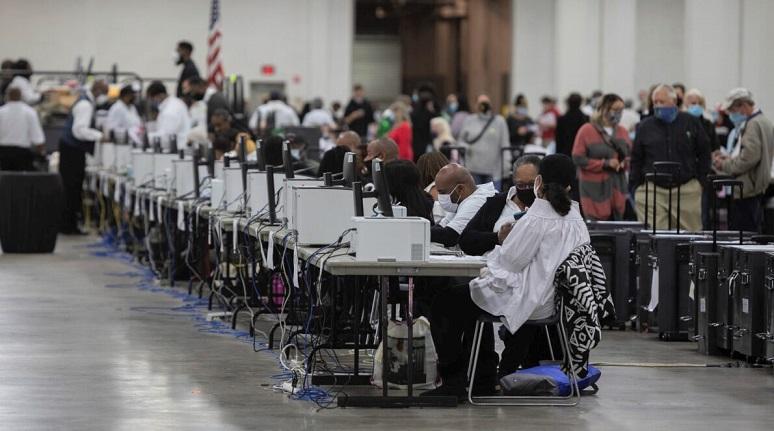 Nhân viên của Sở Bầu cử Detroit giúp xử lý các lá phiếu vắng mặt tại Ban Kiểm phiếu Trung tâm ở Trung tâm TCF vào  ở thành phố Detroit, Michigan vào ngày 4/11/2020