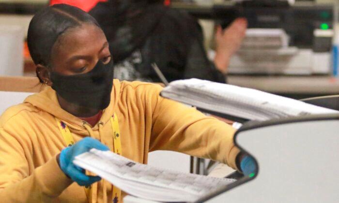 Một công nhân xử lý các lá phiếu chính thức tại Sở Bầu cử hạt Clark ở Bắc Las Vegas vào ngày 5/11/2020