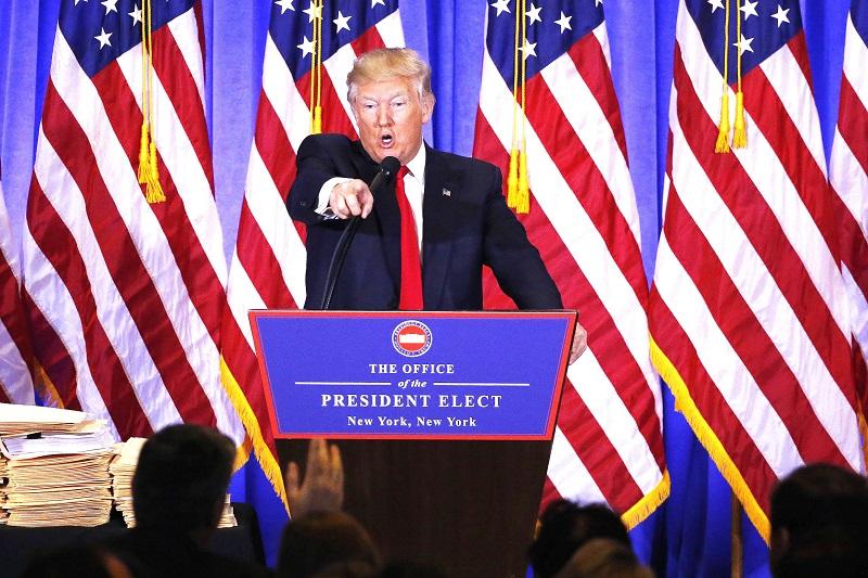 """""""Các anh là những người đưa tin vịt"""", TT Trump chỉ thẳng nhà báo Jimmy Acosta của CNN vào tháng 2/2017, đây là lần họp báo đầu tiên của ông với tư cách là Tổng thống Mỹ"""