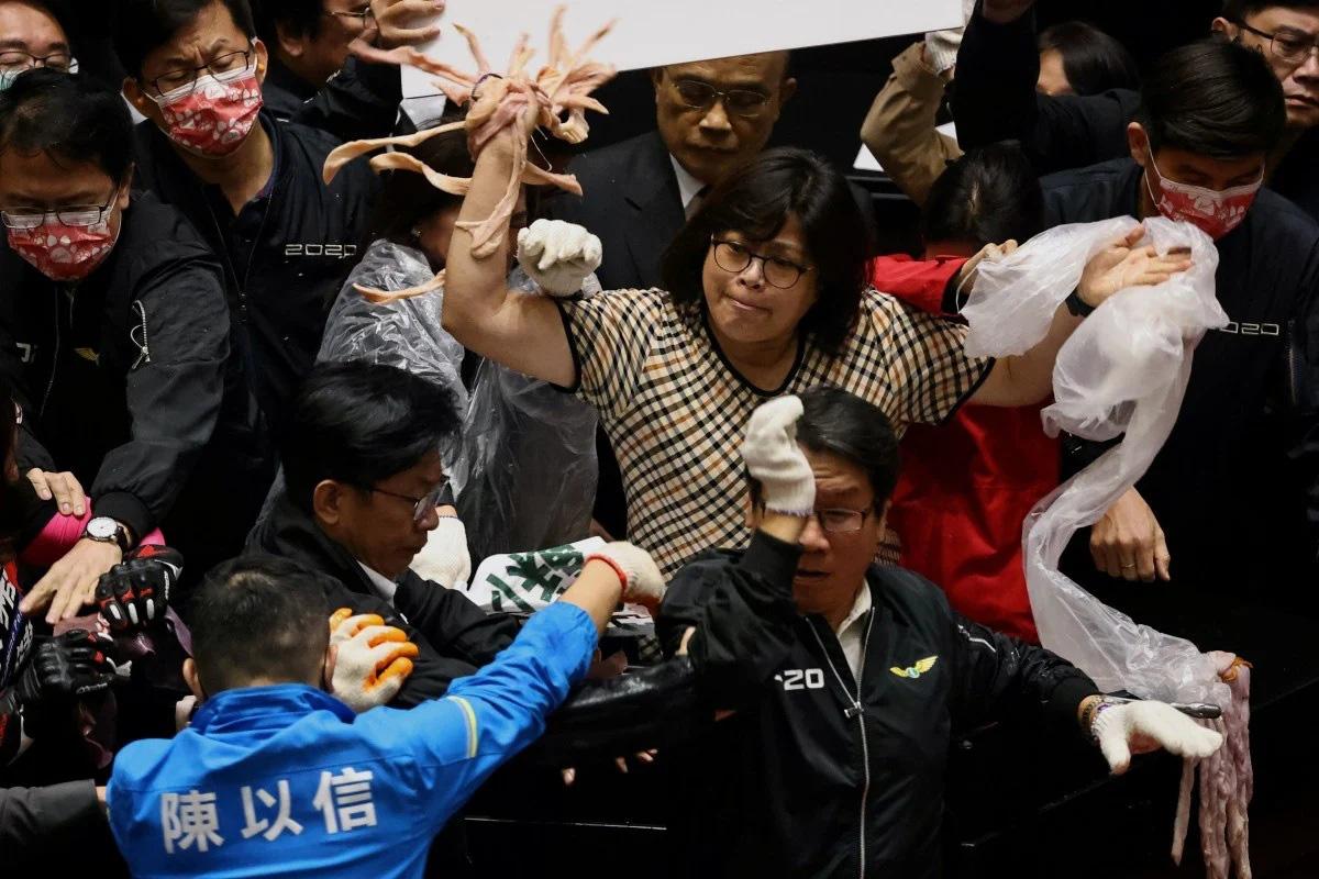 Nghị sĩ phe thân Trung ném nội tạng lợn vào đối thủ giữa nghị trường Đài Loan