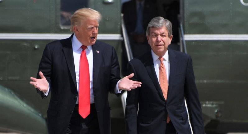 Tổng thống Hoa Kỳ Donald Trump nói chuyện với Thượng nghị sĩ Roy Blunt khi họ đi bộ đến Air Focre One tại Căn cứ Không quân Andrews, Maryland vào ngày 30/8/2017