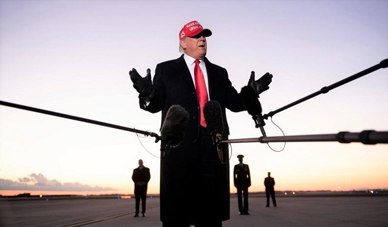 Tổng thống Donald Trump nói chuyện với báo giới tại Sân bay Quốc tế Charlotte Douglas ở Charlotte, North Carolina vào ngày 1/11/2020.