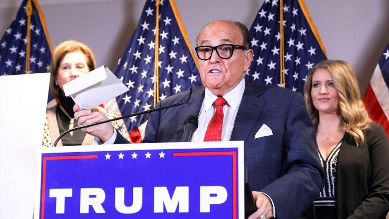 Luật sư của Tổng thống Donald Trump và cựu Thị trưởng Thành phố New York - Rudy Giuliani nói chuyện với truyền thông trong một cuộc họp báo tại trụ sở Ủy ban Quốc gia Đảng Cộng hòa ở Washington vào ngày 19/11/2020