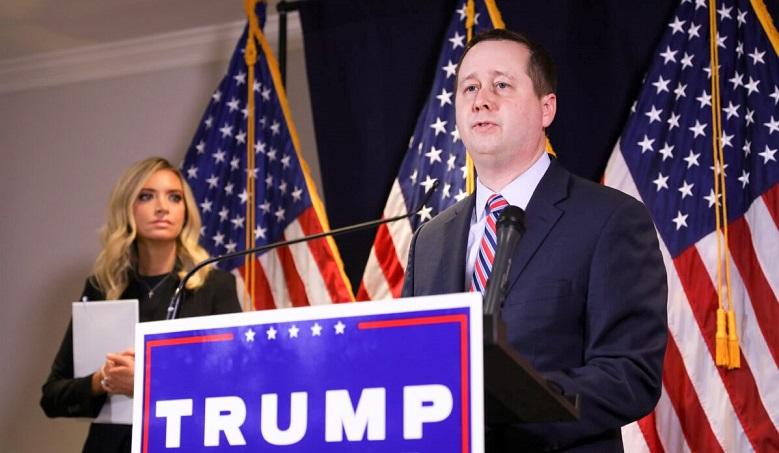 Cố vấn pháp lý chiến dịch tranh cử của Trump - Matt Morgan Thư ký Báo chí Nhà Trắng Kayleigh McEnany (trái) có mặt tại trụ sở RNC ở Washington vào ngày 9/11/2020.