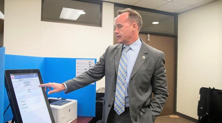Một quan chức bầu cử trình diễn sản phẩm Hệ thống bỏ phiếu thống trị mà bang Atlanta