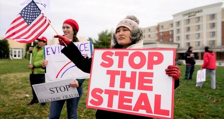 Những người ủng hộ Tổng thống Donald Trump tập trung bên ngoài khách sạn Wyndham, nơi Ủy ban Chính sách Đa số Thượng viện bang Pennsylvania họp ngày 25/11/2020, tại Gettysburg, Pa