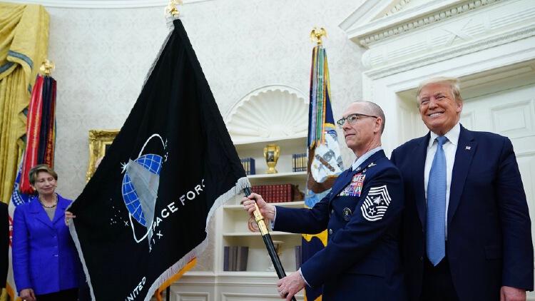 TT Trump công bố lá cờ chính thức của lực lượng vũ trụ Mỹ năm 2020