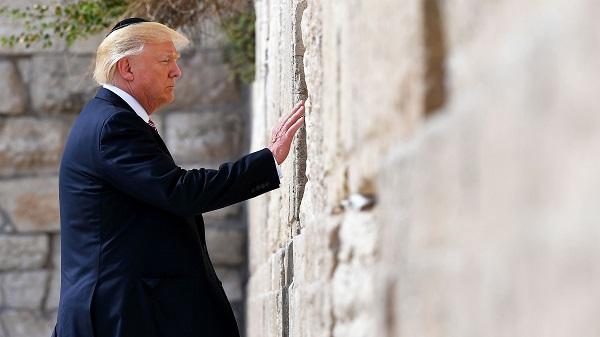 Trump đội mũ sợ Chúa