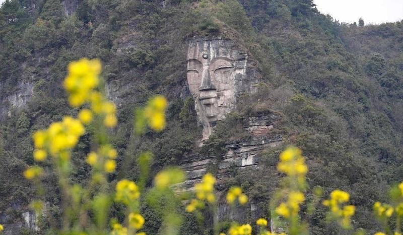 tượng Phật trên núi