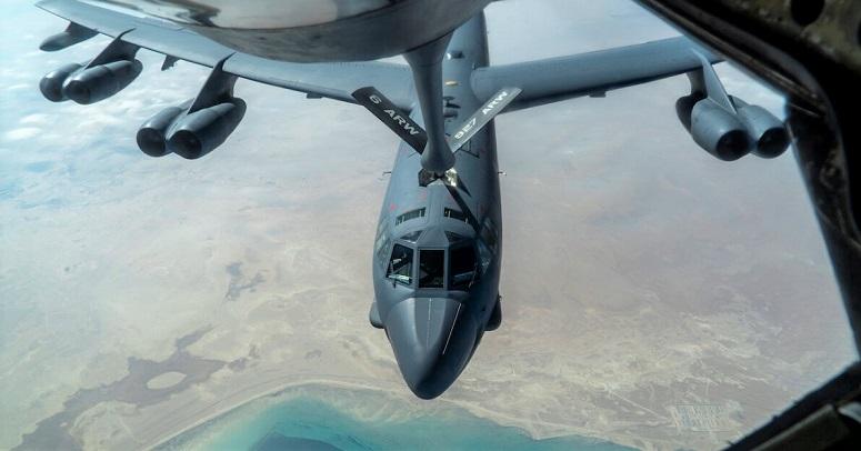 Một chiếc B-52 của Không quân Hoa Kỳ từ Căn cứ Không quân Barksdale được một máy bay KC-135 Stratotanker tiếp nhiên liệu trên không trong khu vực chịu trách nhiệm của Bộ Chỉ huy Trung tâm Hoa Kỳ vào ngày 30/12/2020