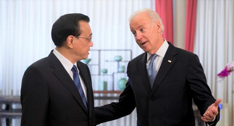 Phó Tổng thống Hoa Kỳ Joe Biden trò chuyện với Thủ tướng Trung Quốc Lý Khắc Cường trước khi tham dự cuộc họp của họ tại khu ngoại giao Trung Nam Hải ở Bắc Kinh vào ngày 5/12/2013
