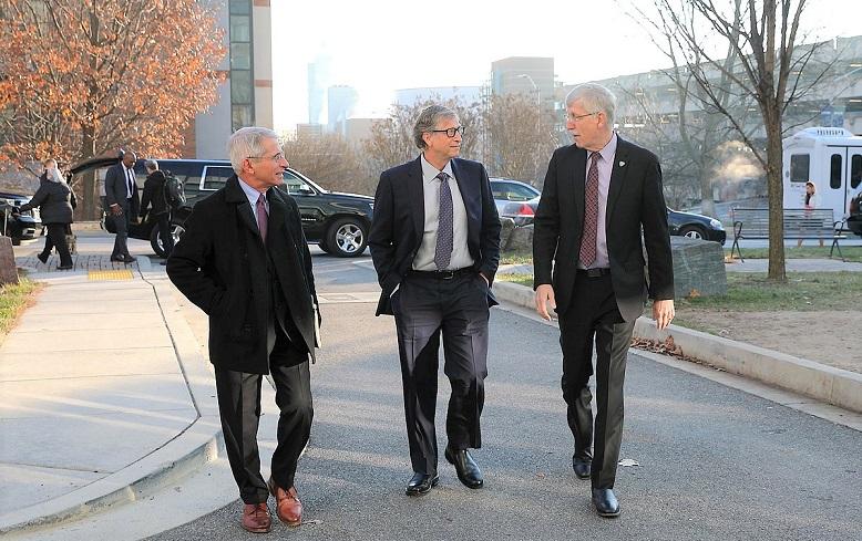 Ảnh chụp bác sĩ Anthony Fauci (ngoài cùng bên trái) và Bill Gates (giữa) - người luôn được giới chuyên môn phân tích là âm mưu thống trị thế giới qua tiêm chủng vaccine
