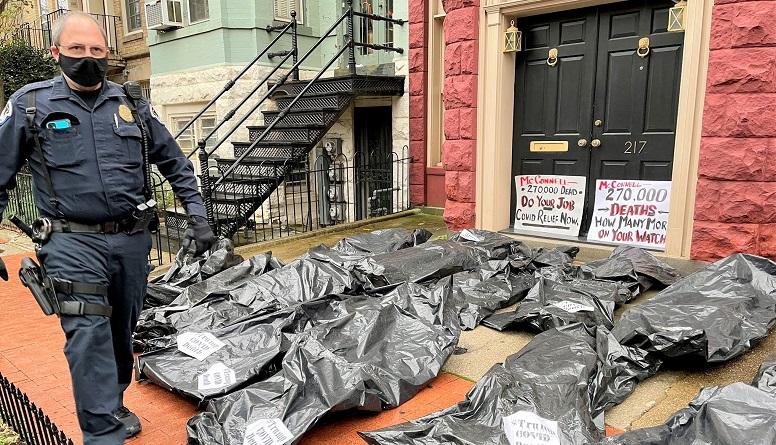Các túi đựng xác được chất trước cửa nhà của các Thượng nghị sĩ GOP hôm 1/12/2020