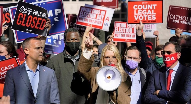 Cựu Tổng chưởng lý Florida - Pam Bondi phát biểu về lệnh tòa cho phép chiến dịch của Tổng thống Donald Trump tiếp cận nhiều hơn các hoạt động kiểm phiếu tại Trung tâm Hội nghị Pennsylvania, vào ngày 5/11/2020