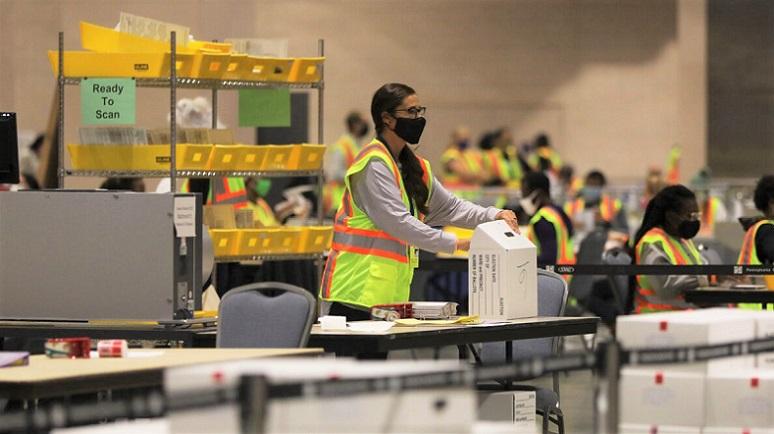 Nhân viên bầu cử kiểm phiếu tại Philadelphia, Pennsylvania vào ngày 03/11/2020