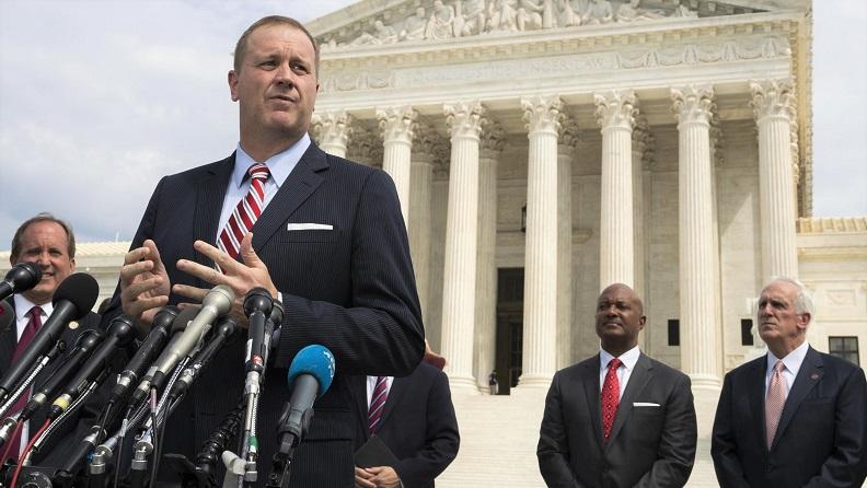 Bộ trưởng Tư pháp Missouri - Eric Schmitt phát biểu trước Tòa án Tối cao Hoa Kỳ ở Washington vào ngày 21/4/2020.