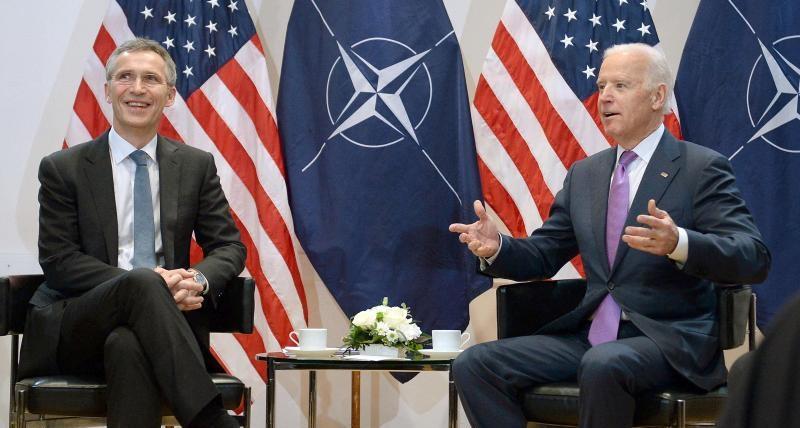 Tổng thư ký NATO Jens Stoltenberg (trái) và ông Joe Biden, khi giữ chức Phó Tổng thống Mỹ, trong cuộc gặp tại Hội nghị an ninh Munich, Đức, ngày 7/2/2015.