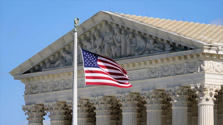 Ảnh một lá cờ Mỹ đang vẫy ở phía trước tòa nhà Tòa án Tối cao trên Đồi Capitol ở Washington ào ngày 2/11/ 2020
