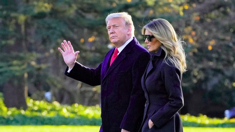 Tổng thống Donald Trump và đệ nhất phu nhân Melania Trump đi bộ đến nơi đỗ chuyên cơ Marine One ở Bãi cỏ phía Nam của Nhà Trắng vào ngày 23/12/2020