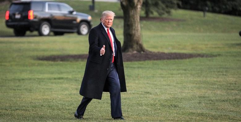 Tổng thống Donald Trump đi dạo trên Bãi cỏ phía Nam để lênchuyên cơ Marine One tại Nhà Trắng ở Washington vào ngày 18/12/2019