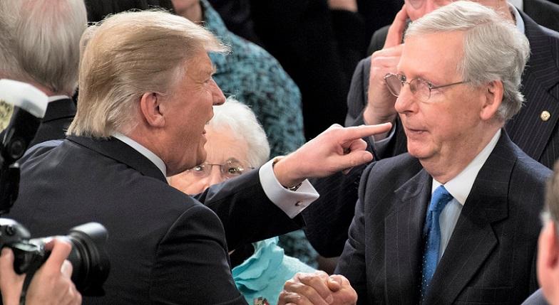 Tổng thống Donald Trump gặp Lãnh đạo Đa số Thượng viện Mitch McConnell trong một sự kiện vào tháng 1/2017