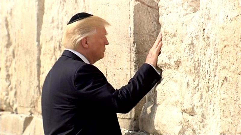 TT Trump đội mũ sợ Chúa