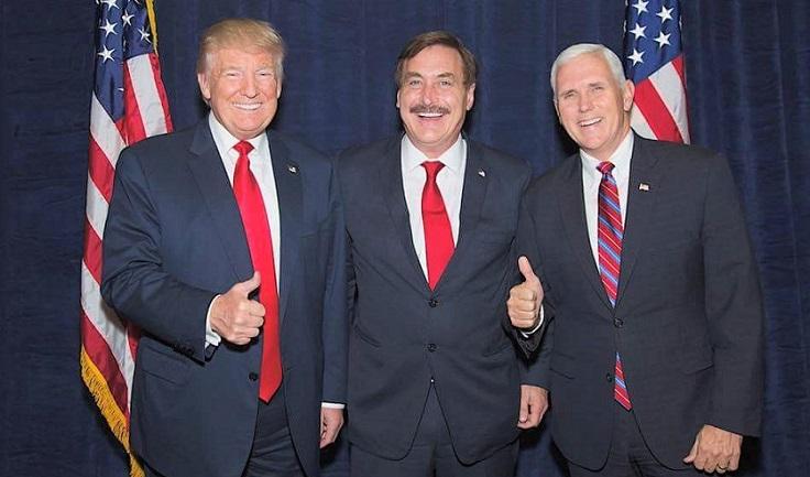 Giám đốc điều hành MyPillow Mike Lindell chụp hình cùng Tổng thống Donald Trump và Phó Tổng thống Mike Pence.