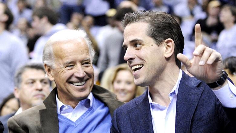Cựu Phó Tổng thống Joe Biden và con trai Hunter Biden tại trận đấu bóng rổ của trường đại học Duke Georgetown NCAA ở Washington vào ngày 30/1/2010