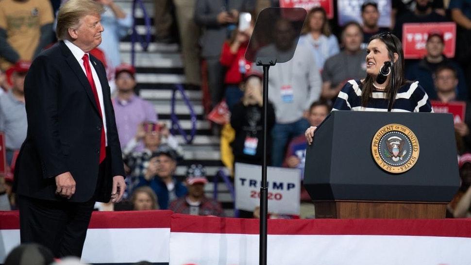 """Cựu Tổng thống Mỹ Trump và cựu Thư ký báo chí Sarah Sanders trong một cuộc vận động """"Làm cho nước Mỹ vĩ đại trở lại"""" ở Green Bay, Wisconsin vào năm 2019"""