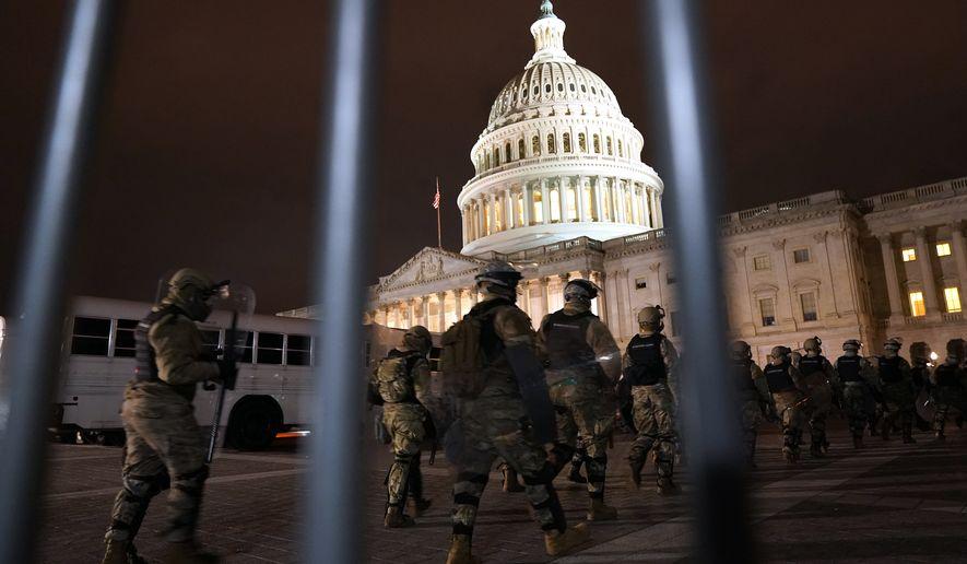Các thành viên của Lực lượng Vệ binh Quốc gia đến để bảo vệ khu vực bên ngoài Điện Capitol Hoa Kỳ, Thứ Tư, ngày 6 tháng 1 năm 2021, tại Washington