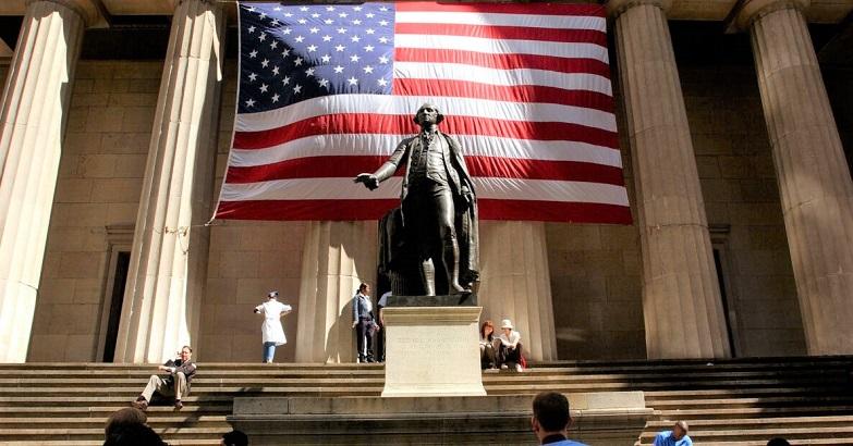 Người đi bộ dạo quanh bức tượng George Washington trước Hội trường Liên bang ở thành phố New York vào ngày 5/9/2002