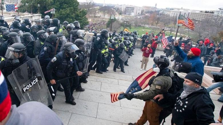 Cảnh sát Điện Capitol Hoa Kỳ đẩy lùi những người biểu tình đang cố gắng vào Điện Capitol Hoa Kỳ tại Washington vào ngày 6/1/2021.