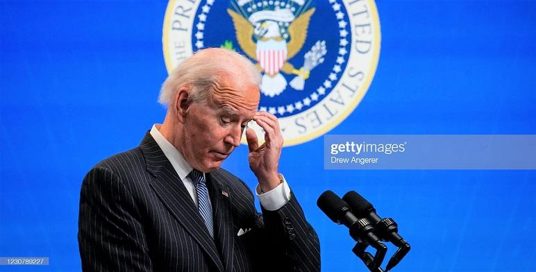 Tổng thống Joe Biden dừng lại trong khi phát biểu sau khi ký một lệnh hành pháp liên quan đến sản xuất của Mỹ tại Thính phòng Tòa án phía Nam của khu phức hợp Nhà Trắng, Washington, DC. vào ngày 25/1/2021