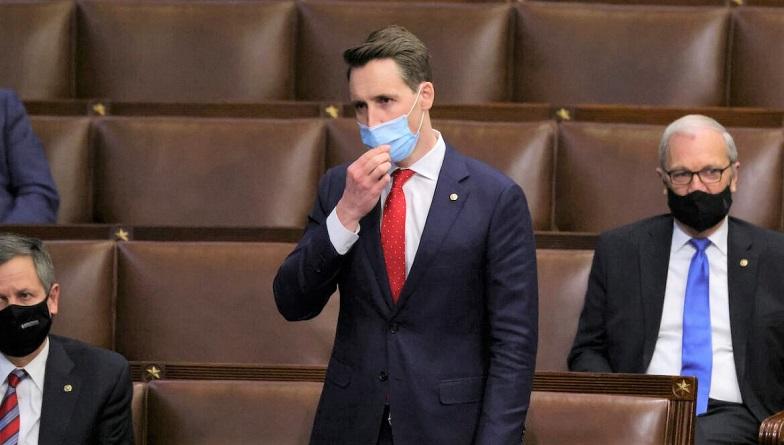 Thượng nghị sĩ Josh Hawley phản đối phiếu đại cử tri của Pennsylvania tại Hạ viện trong phiên họp chung của Quốc hội vào ngày 06/1/2021