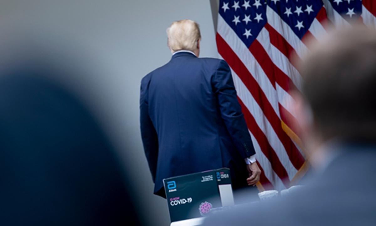"""Mỹ: Một người """"sốc"""" vì được ông Trump ân xá phút chót"""