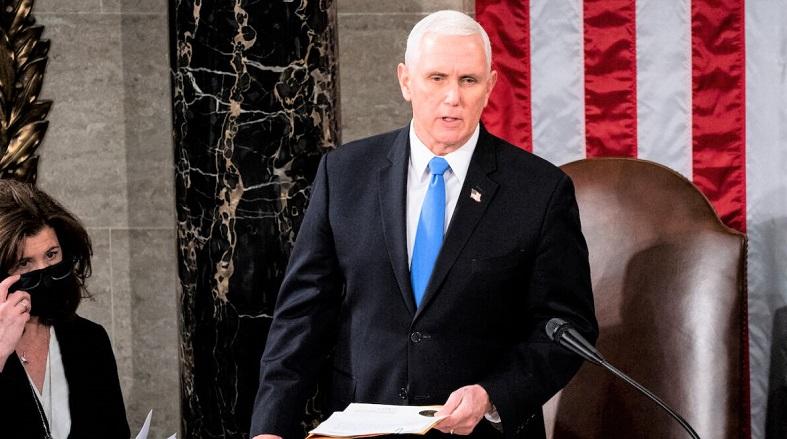 Chủ tịch Hạ viện Nancy Pelosi và Phó Tổng thống Mike Pence chủ trì phiên họp Chung của Quốc hội để chứng nhận kết quả Cử tri đoàn năm 2020 trên Đồi Capitol ở Washington, DC vào ngày 6/1/2020