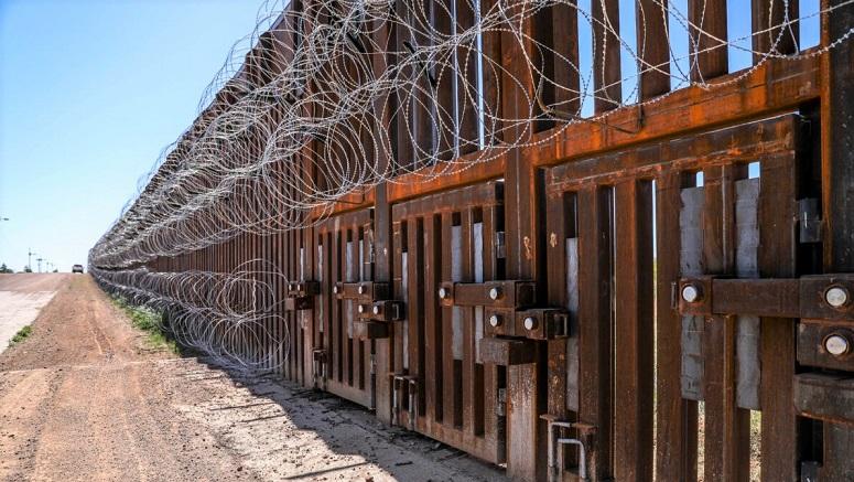 Các cửa lũ nằm trong hàng rào biên giới Hoa Kỳ-Mexico ở phía tây Naco, Arizona, vào ngày 8/5/2019