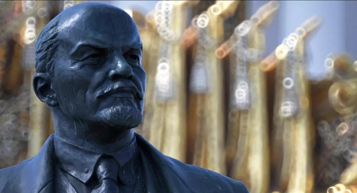 Tượng đài cuối cùng của Lenin trên lãnh thổ Ukraina đã bị đập bỏ!