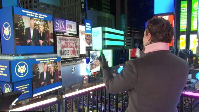 """""""Điềm may"""" năm mới: Vợ chồng ông Biden lên màn ảnh Quảng trường Thời đại khai pháo bông bị xịt"""