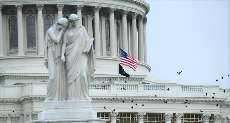 Cờ được treo tại tại Điện Capitol Hoa Kỳ để vinh danh Cảnh sát Capitol Hoa Kỳ Brian Sicknick tại Washington, DC vào ngày 8/1/2021