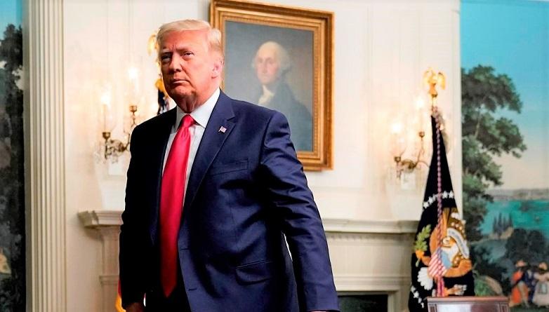 Tổng thống Donald Trump khởi hành sau khi tham gia cuộc gọi hội nghị qua video với các thành viên quân đội trong Lễ Tạ ơn tại Nhà Trắng ở Washington vào ngày 26/11/2020