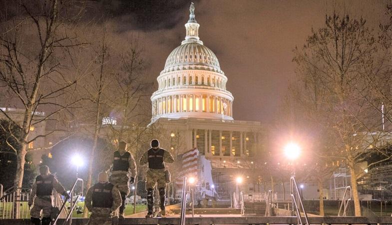 Lực lượng Vệ binh Quốc gia Hoa Kỳ đi qua khu đất của Điện Capitol Hoa Kỳ tại Washington, DC vào ngày 06/1/2021