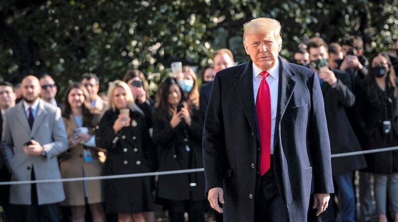 Tổng thống Hoa Kỳ Donald Trump đi về phía chuyên cơ Marine One trên Bãi cỏ phía Nam sau khi nói chuyện với báo giới vào ngày 12/1/2021.
