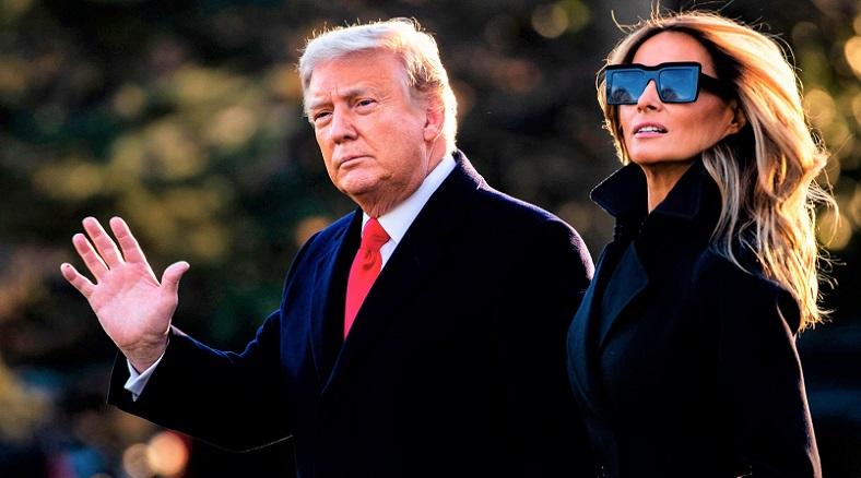 Tổng thống Donald Trump và Đệ nhất phu nhân Melania Trump đi bộ từ Marine One khi trở về Nhà Trắng vào ngày 31/12/2020.