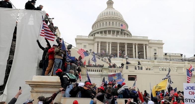 Những người biểu tình tụ tập bên ngoài Tòa nhà Quốc hội Hoa Kỳ  tại Washington, DC. vào ngày 06/01/2021