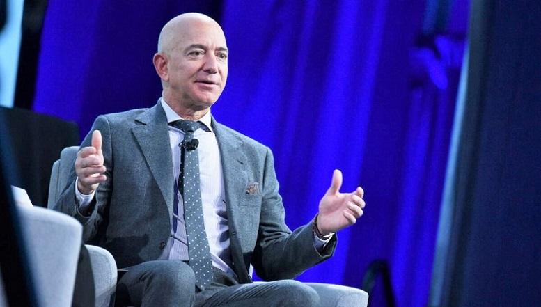 Nhà sáng lập Blue Origin, Jeff Bezos, phát biểu sau khi nhận Giải thưởng Xuất sắc về Công nghiệp của Liên đoàn Du hành vũ trụ Quốc tế (IAF) trong Đại hội Du hành Quốc tế lần thứ 70 tại Trung tâm Hội nghị Walter E. Washington ở Washington, DC vào ngày 22/10/2019