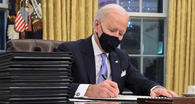 Tổng thống Joe Biden chuẩn bị ký một loạt lệnh hành pháp tại Phòng Bầu dục chỉ vài giờ sau khi nhậm chức vào ngày  ở Washington, DC vào ngày 20/1/2021.