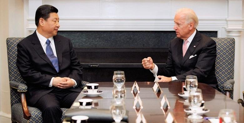 Phó Tổng thống Hoa Kỳ Joe Biden và Phó Chủ tịch Trung Quốc Tập Cận Bình nói chuyện trong cuộc họp song phương mở rộng với các quan chức Hoa Kỳ và Trung Quốc khác tại Phòng Roosevelt tại Nhà Trắng ngày 14/2/2012.