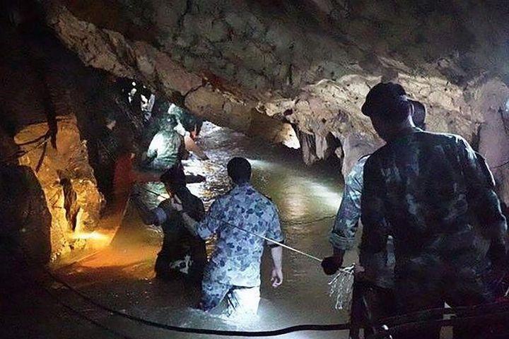 Các thợ lặn làm việc trong hang Tham Luang Nang Nong, nơi đội bóng nhí Thái Lan đang mắc kẹt