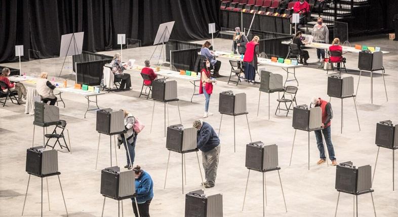 Cử tri điền và bỏ phiếu của họ tại địa điểm bỏ phiếu của Trung tâm Bảo hiểm Chữ thập nơi toàn thành phố bỏ phiếu vào ngày 3/11/2020 ở Bangor, Maine